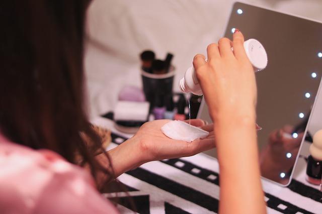 化粧水をつける女の子
