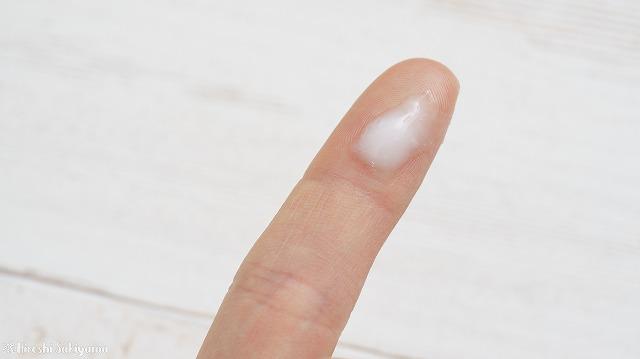 プロカリテ ヘアメンテナンスエマルジョンを指に出した様子、白濁していて乳液みたい