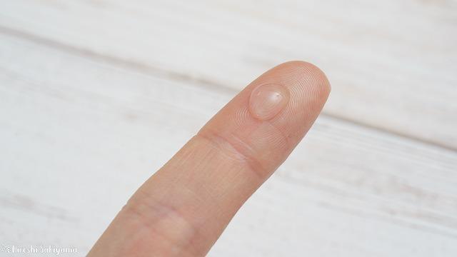 プロカリテ 縮毛ジュレを指に出した様子、透明でみずっぽい