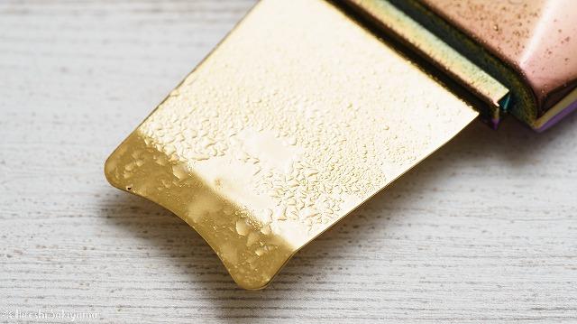 純金ウォーターピーリング ロックリーンディスコのスパチュラに、使用後の濁ったミストが付いている様子