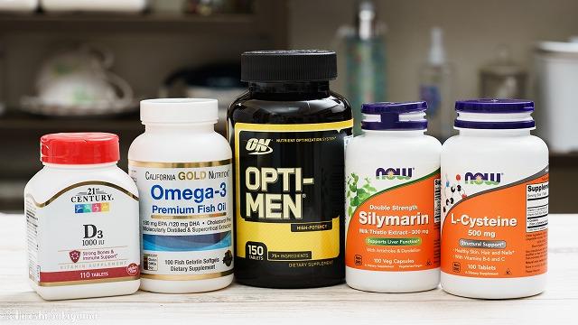 オプティメン・オメガ-3・L-システイン・シリマリン・ビタミンDのサプリが並んでいる様子