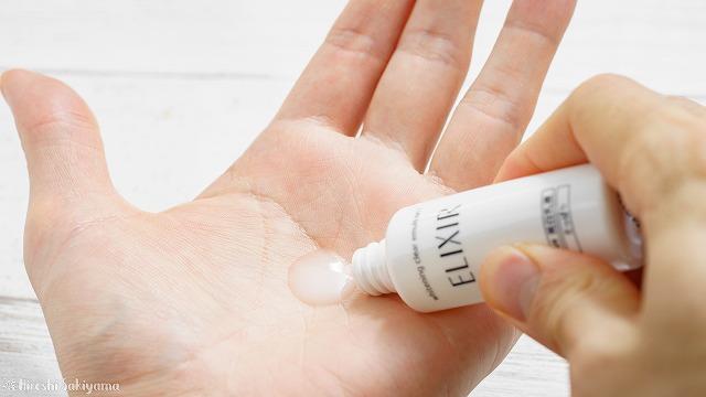 エリクシール ホワイト トライアルセット Cの乳液を手に出した様子、白濁ながらすこし透明感もある