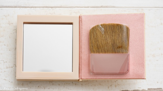 Physician's Formula, Inc., Nude Wear™(ヌード ウェア)、グローイング ヌード ブラッシュ(チーク)、ナチュラルの裏、鏡とブラシがついている