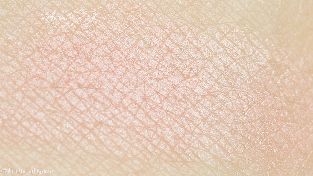 Physician's Formula, Inc., Nude Wear™(ヌード ウェア)、グローイング ヌード ブラッシュ(チーク)、ナチュラルをつけた肌のアップ