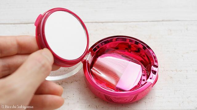 Physician's Formula, Inc., ハッピー ブースター, グロー & ムード ブースティング ブラシ, 7322 ローズの裏に鏡とブラシがついている様子
