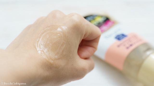 ビオレ「おうちdeエステ マッサージ 洗顔ジェル やわらか」を手に出して広げた様子、泡立たない