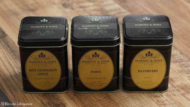 Harney & Sons(ハーニー&サンズ)の黒いパッケージ、ホットシナモン・パリ・ラズベリーのフレーバーの3つ