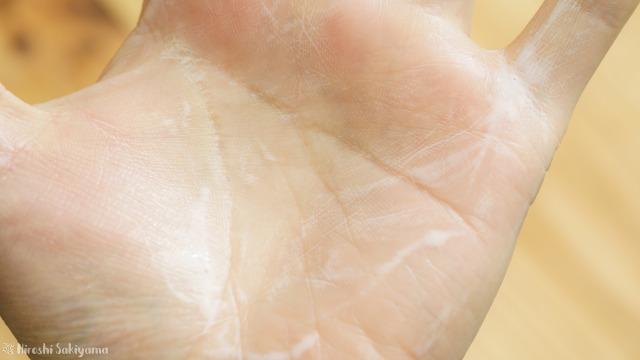 ビーエスコスメ セラミド美容液が白っぽくなる(泡立つ)様子