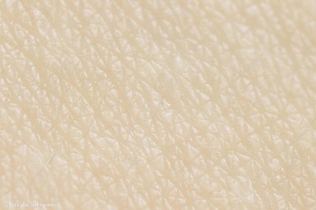 オンリーミネラル 薬用ホワイトニングファンデーションを塗ってエクストラフォーミングソープで落とした跡のマクロ撮影