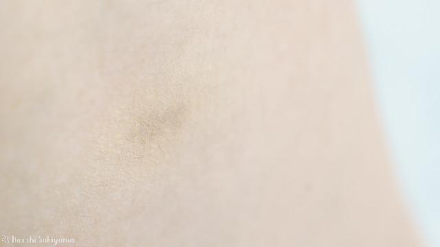 手のシミにオンリーミネラル ホワイトニングケア(コンシーラー)を塗って、その上から薬用ホワイトニングファンデーションを重ねた様子