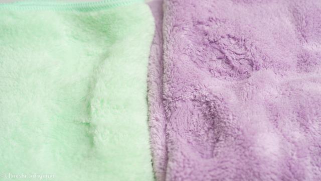 ハホニコ ヘアドライマイクロファイバータオル(美容師さんが考えた髪のためのタオル)とシービージャパン 速乾ヘアドライタオル マイクロファイバー カラリ carariに水を垂らした後