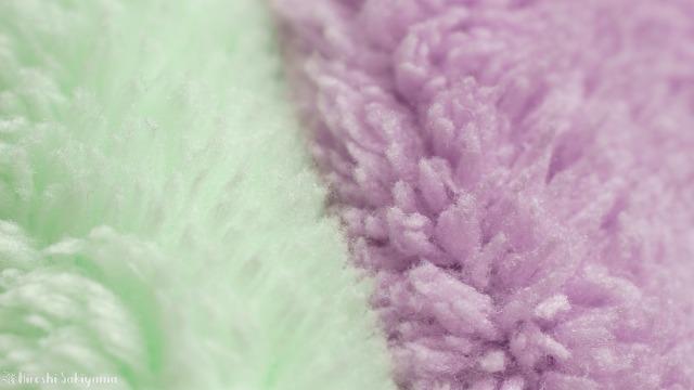 ハホニコ ヘアドライマイクロファイバータオル(美容師さんが考えた髪のためのタオル)とシービージャパン 速乾ヘアドライタオル マイクロファイバー カラリ carariの毛の比較