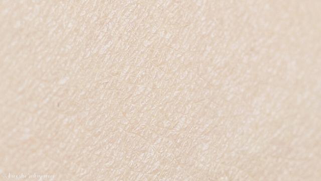 アテニア フュージョンスキンファンデーション ラスターフィニッシュを塗った肌の拡大写真、肌のキメの様子、むらなくきれいに仕上がる