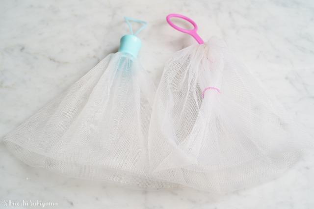 シャンプーを泡立てるネット(ピンク)と、洗顔用のネット(水色)